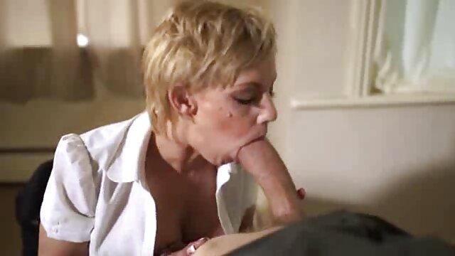 پسر عصبانی می شود و پدرش را در حمام الاغش را لمس می سکس با مادر انلاین کند