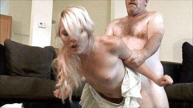 پسر سوپر سکسی با مادر ناز نقطه فاژ را لیس می زند و با لرزاننده آن را لمس می کند