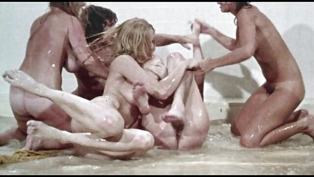 پیزدولیز با کاندوم فیلم سکسی مادر در خواب بلوند را روی الاغ سرخ کرد