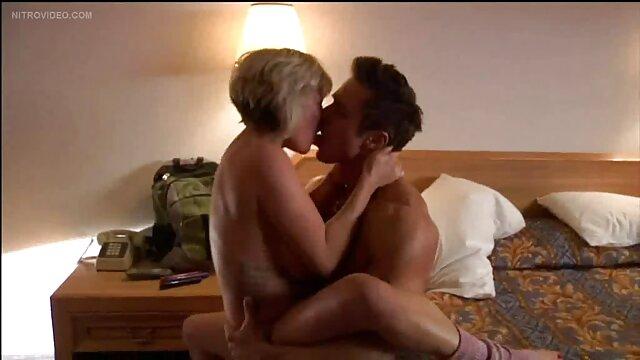 پزشک بالغ بیمار را سکس با مادر شوهر به سمت راست می کشاند