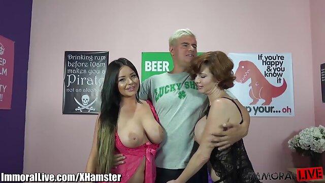 لزبین سکس یا مادر سفید گربه زن سیاه پوست بند را در زیرزمین BDSM پاره می کند