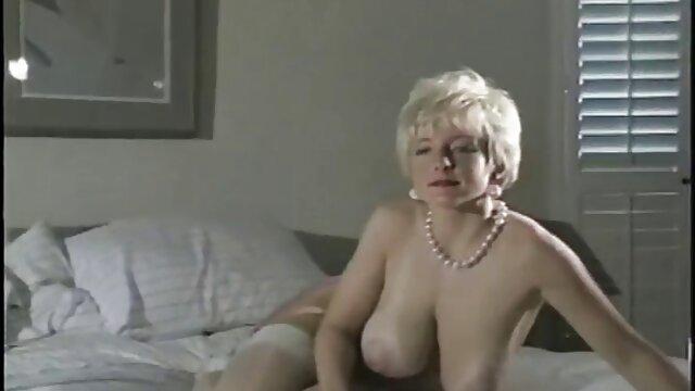 دختری با سینه سکس پسر خواهر صاف با بیکینی در اتاق خواب ناپدری را لوس می کند