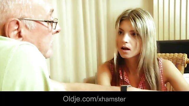 کیتی عینکی که با دانلود سکس پسر مادر عینک می زند ، یک همکار را مجبور می کند آن را در دفتر پاره کند
