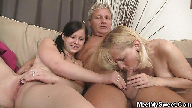 کودک بزرگتر دوست پسر مادر و خودش را در یک تخت گسترده دانلود فیلم سکسی مامان وپسر باز می کند