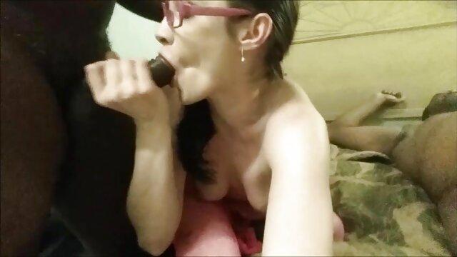 شلخته Sultry به طرز سکس با مادر ناتنی ماهرانه ای با لرزش در حال خودارضایی شیرجه و تقدیر خود است