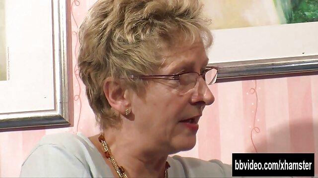 سارا با یک پسر آموزش سکس مادر به دختر در الاغ منحرف شده و دوست خود را لیس می زند