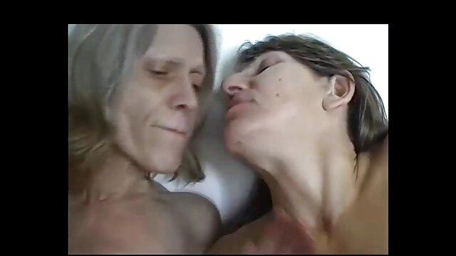 یک زن مو بلوند با جوراب سیاه و سفید وزن یک عضو مرد را سیکس مادر و پسر دارد