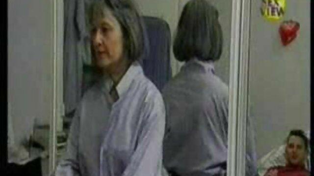 شلوار سفید و مایو مشکی جلوی فیلم سکسی مادر پسر دوربین مخفی پوشیده است