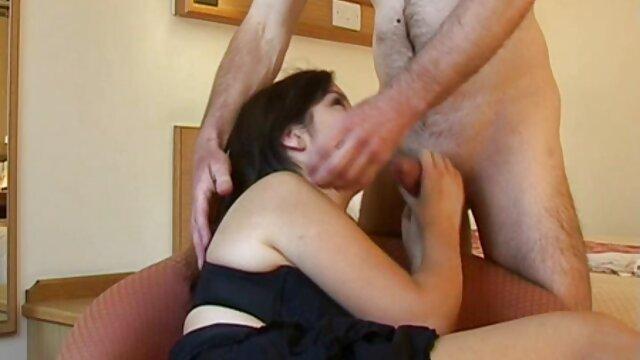 معلم بزرگسالان قبل از شروع رابطه جنسی مقعدی ، مقعد دانش آموز جوان را با انگشت ایجاد می سکس خفن مامان کند