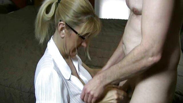 سبزه قد بلند و سینه های زیبا ، شیرین سکس با مادر جون برهنه خود را نشان می دهد