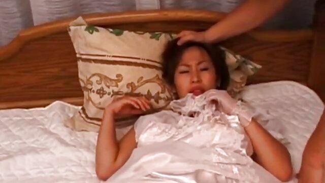 19 دختر ویدیوسکس مادروپسر مو قرمز نوجوانان خود را ماساژ می دهند