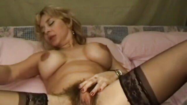 زن زیبای روسی که در سکی مامان آشپزخانه برهنه است