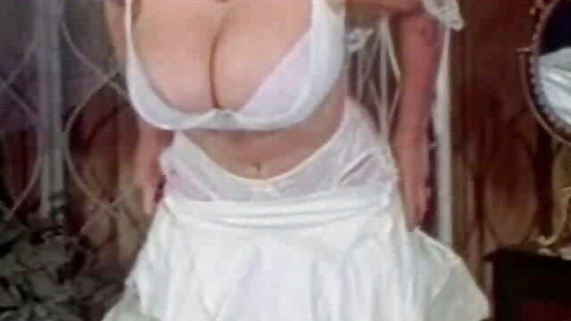 زن چاق جوان سینه های بزرگ و شیرین چربی خود را نوازش می سکس مادر خانوادگی کند
