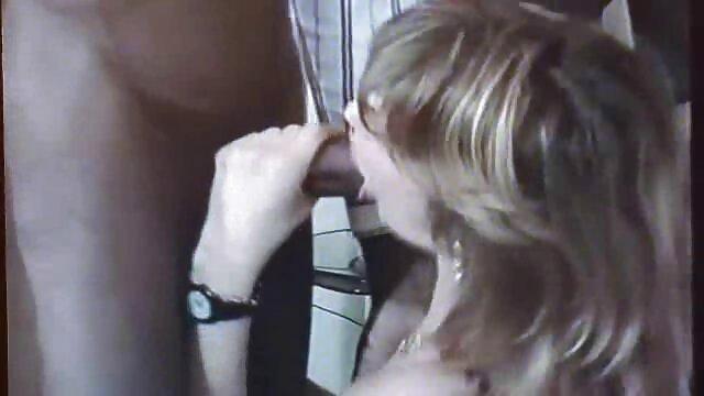 زنی در بیدمشک گروهی روی صورت داستان مادر سکسی معشوق خود نشسته است