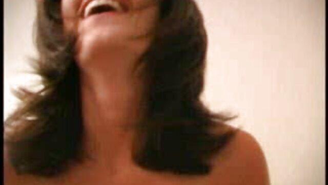 زن بالغ وحشی در این لعنتی لعنتی کرد و تمام صورت خود فیلم پورن مادرو پسر را با یک خروس بزرگ ریخت