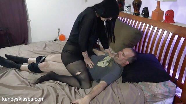 مادربزرگ بالغ سکس واقعی با مادر بر نوه اش مسلط می شود و به او آب می خورد