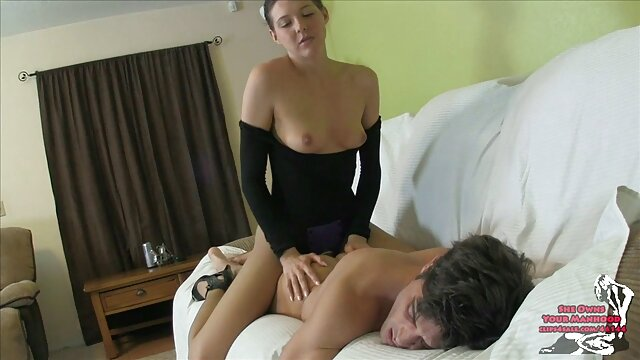 نوزاد ساده و برنزه ای که سینه های بزرگی دارد خودش را اموزش سکس توسط مادر نوازش می کند
