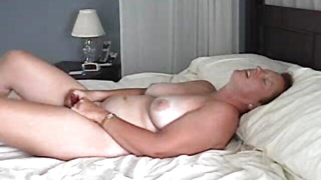 دختر لاتکس به سختی بر برده مسلط می شود و سکس زوری با مادر باعث می شود پاهایش را لیس بزند