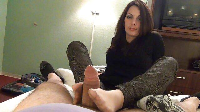 زن خمیده در گفتگوی اروتیک جذابیت کلیپ سکس با مادر زن برهنه نشان می دهد
