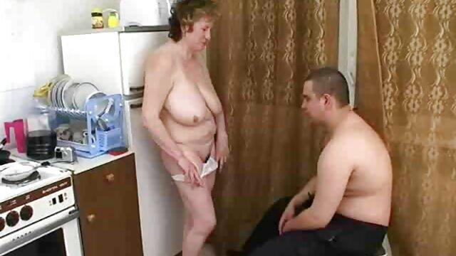 عزیزم بلوند با خروس بین پاهای یک گاو سرخ سکس واقعی با مادر شده