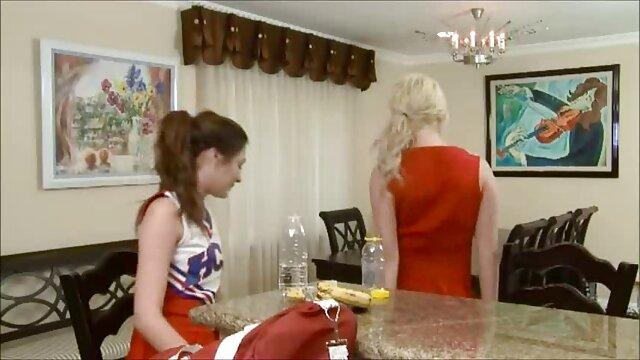 دختر حیله گر جمع آوری تقدیر در از blowjob در دهان خود بلافاصله فرار سکس پدر و مادر می کند