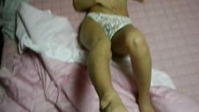 برده مطیع سکس با مادر دوست دختر در انظار عمومی با یک دوست دختر رابطه داشت