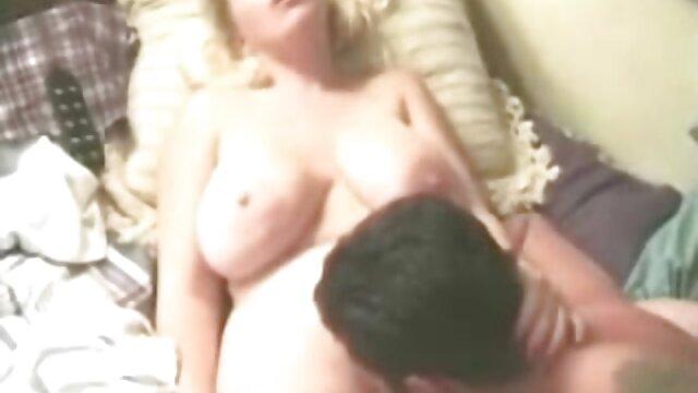 عروسک لاغر و ریخته گری sex مادروپسر و کارهای خصوصی را با یک جوان قوی انجام می دهد